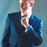 Portrait d'un jeune exécutif dans le costume photographie stock libre de droits