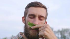 Portrait d'un jeune exploitant agricole clips vidéos