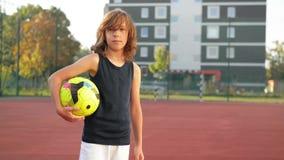 Portrait d'un jeune garçon avec du ballon de football Concept de sport Il a beaucoup d'amusement jouant au football clips vidéos