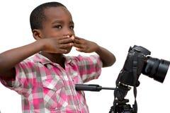 Portrait d'un jeune gar?on avec la cam?ra image libre de droits