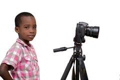 Portrait d'un jeune gar?on avec la cam?ra images stock