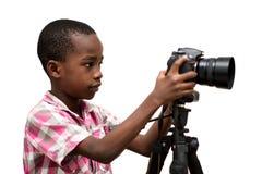 Portrait d'un jeune gar?on avec la cam?ra photographie stock