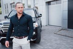 Portrait d'un jeune garde du corps près de la voiture Il effectue le travail dangereux images stock