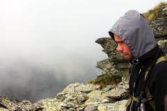 Portrait d'un jeune grimpeur sur la montagne Photo libre de droits