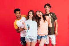 Portrait d'un jeune groupe heureux d'amis multiraciaux Images libres de droits