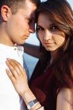 Portrait d'un jeune, heureux, affectueux couple se tenant sur des pierres en mer, dans les bras, et regardant l'un l'autre, faire Photos stock