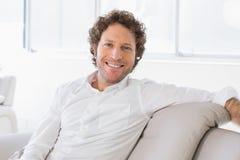 Portrait d'un jeune homme à la maison bien habillé Image stock