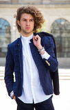 Portrait d'un jeune homme à la mode dans la ville regardant loin Photographie stock libre de droits