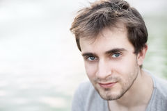 Portrait d'un jeune homme photos stock