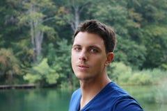 Portrait d'un jeune homme aux yeux bleus Photographie stock libre de droits