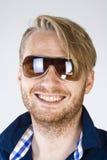 Portrait d'un jeune homme avec des lunettes de soleil Images libres de droits