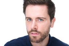 Portrait d'un jeune homme avec la barbe regardant l'appareil-photo Photo stock