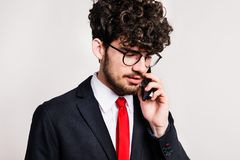 Portrait d'un jeune homme avec le smartphone dans un studio images stock