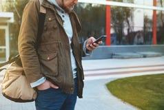 Portrait d'un jeune homme avec le téléphone dans sa main photo stock