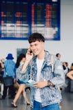 Portrait d'un jeune homme beau dans le terminal d'aéroport moderne Image libre de droits