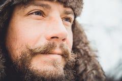 Portrait d'un jeune homme bel avec une barbe Une fin de personne d'un homme barbu image stock