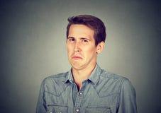 Portrait d'un jeune homme dégoûté Photographie stock
