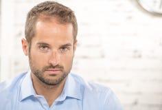 Portrait d'un jeune homme d'affaires images libres de droits
