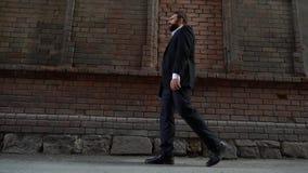 Portrait d'un jeune homme d'affaires affligé Il devrait être dans la perspective d'un vieux concept de mur de briques - banque de vidéos