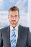 Portrait d'un jeune homme d'affaires beau photos stock