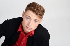 Portrait d'un jeune homme d'affaires utilisant un costume noir et une chemise rouge. Homme recherchant. Images stock