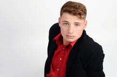 Portrait d'un jeune homme d'affaires utilisant un costume noir et une chemise rouge. Homme recherchant. Photo libre de droits