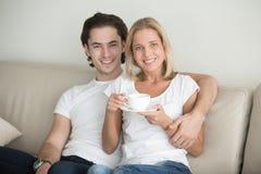 Portrait d'un jeune homme et d'une femme d'une cinquantaine d'années Photographie stock libre de droits