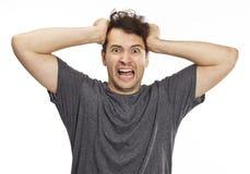 Portrait d'un jeune homme furieux et fâché image stock