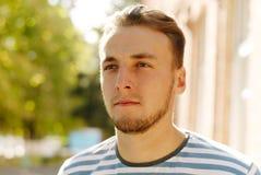 Portrait d'un jeune homme heureux avec une barbe Image stock