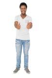 Portrait d'un jeune homme heureux faisant des gestes des pouces  Image libre de droits