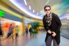 Portrait d'un jeune homme occasionnel dans des lunettes de soleil Photos stock
