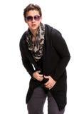 Portrait d'un jeune homme occasionnel dans des lunettes de soleil Photographie stock libre de droits