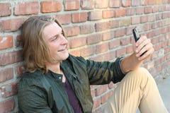 Portrait d'un jeune homme se reliant à quelqu'un par l'intermédiaire d'un appel visuel Images libres de droits