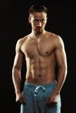 Portrait d'un jeune homme sportif sûr sans chemise tenant l'AG Image stock