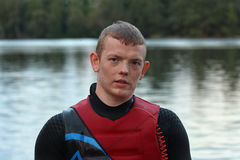 Portrait d'un jeune homme sur le costume de plongée et le gilet de sauvetage Photo stock