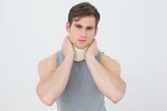 Portrait d'un jeune homme utilisant le collier cervical Photographie stock