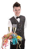 Portrait d'un jeune maître d'hôtel ou employé avec des verres de champagne Photographie stock libre de droits