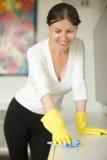 Portrait d'un jeune nettoyage en caoutchouc de port de sourire de gants de femme Photos libres de droits