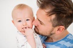 Portrait d'un jeune père avec un fils de bébé à la maison Fin vers le haut Photo libre de droits