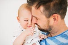Portrait d'un jeune père avec un fils de bébé à la maison Fin vers le haut Photographie stock