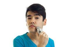 Portrait d'un jeune type étonnant qui semble droit et rase la machine Images stock