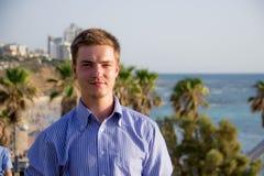 Portrait d'un jeune type sur un fond des palmiers et de la mer images stock