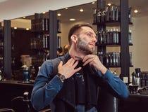 Portrait d'un mâle élégant qui lui-même rasant dans un salon de coiffure photographie stock libre de droits