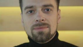 Portrait d'un mâle adulte de sourire banque de vidéos