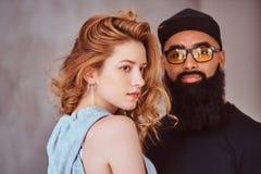 Portrait d'un mâle barbu Arabe et d'une belle fille rousse photos stock