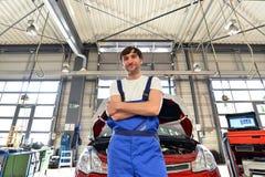 Portrait d'un mécanicien réussi dans un garage - réparation et servi photographie stock