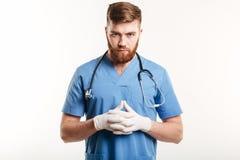 Portrait d'un médecin ou d'une infirmière masculin concentré sérieux Photos libres de droits