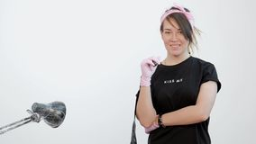 Portrait d'un maître femelle attrayant de tatouage Fille élégante avec des dreadlocks sur un fond blanc et rose de studio banque de vidéos