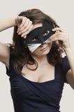 Portrait d'un masque de port de chat de jeune femme au-dessus de fond gris Photo libre de droits