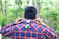 Portrait d'un modèle d'homme partageant sa vue arrière de collier de chemise photos libres de droits
